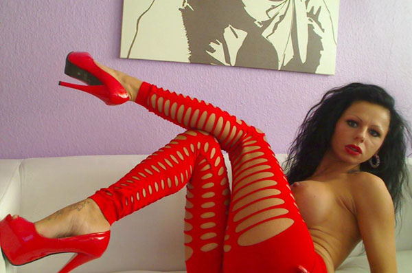 schwarziges camgirl mit geilen silikon titten in billigen sexcam shows beim livesex